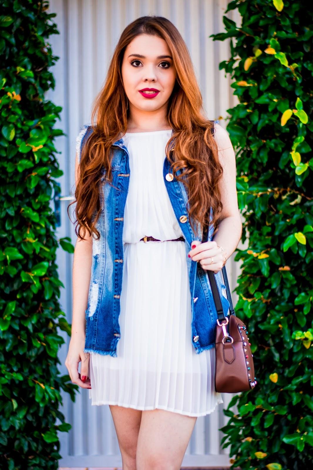 Vestido branco e colete jeans