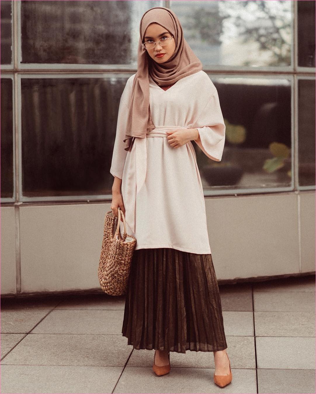 Outfit Rok Untuk Hijabers Ala Selebgram 2018 high heels wedges krem tua hijab pashmina diamond coklat blouse tunic krem muda handbags rotan krem kacamata bulat putih broomstick skirt coklat tua ootd trendy