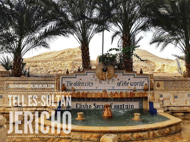 Elisha Spring Fountain dengan latar belakang reruntuhan kota Jericho Kuno Tell Es-Sultan