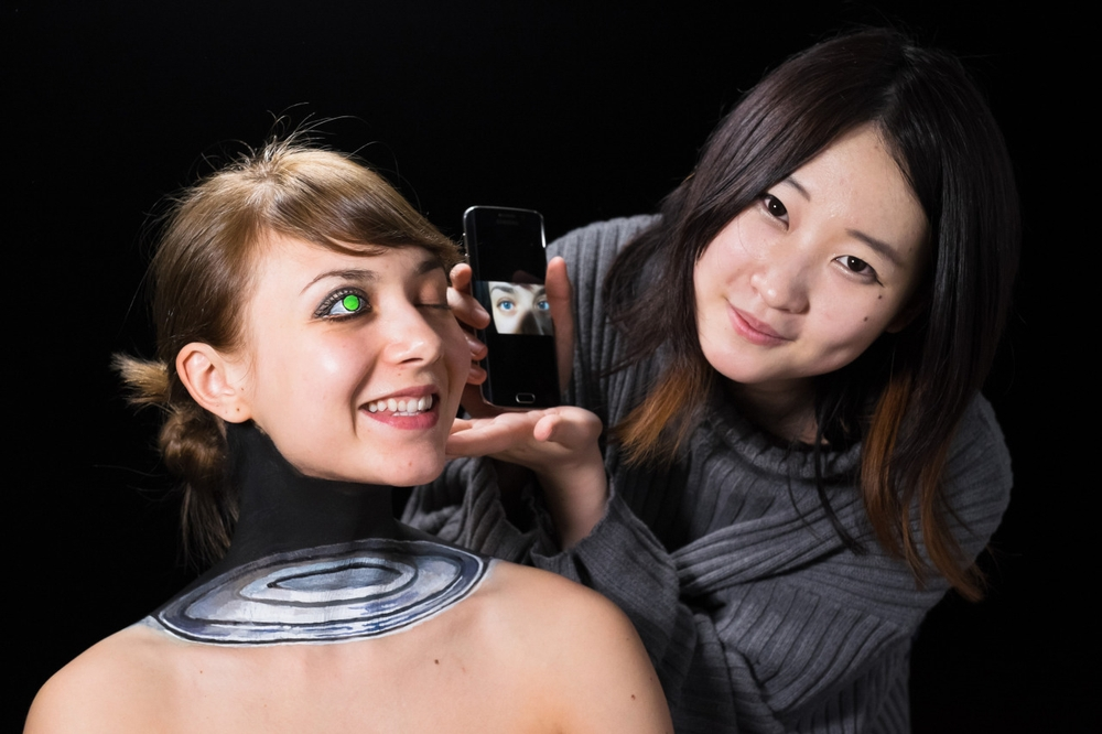 03-Wireless-Charging-Hikaru-Cho-チョーヒカル-Body-Painting-Her-way-Through-University-www-designstack-co