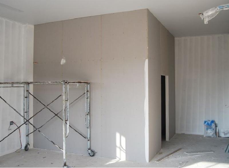 Idee e consigli per realizzare fai da te una cabina armadio su misura