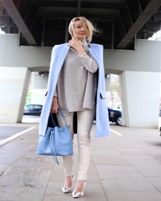 outfit con gabardina azul de invierno