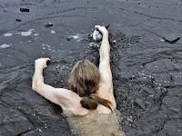 Perenang Selamatkan Bebek Yang Terjebak Di Bawah Es