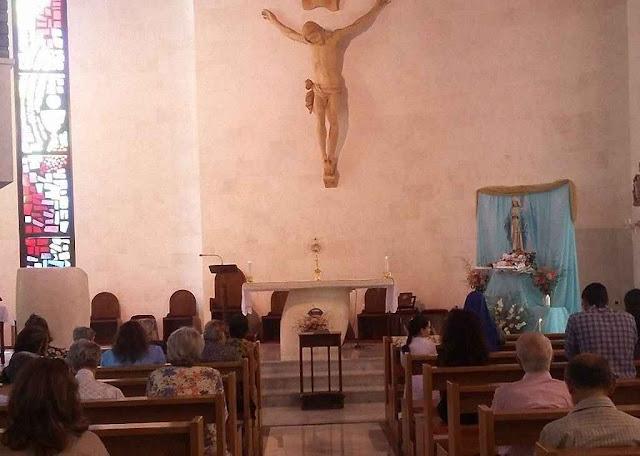 Adoração do Santíssimo Sacramento, no mês de Maria, na catedral de Aleppo, cidade pesadamente bombardeada