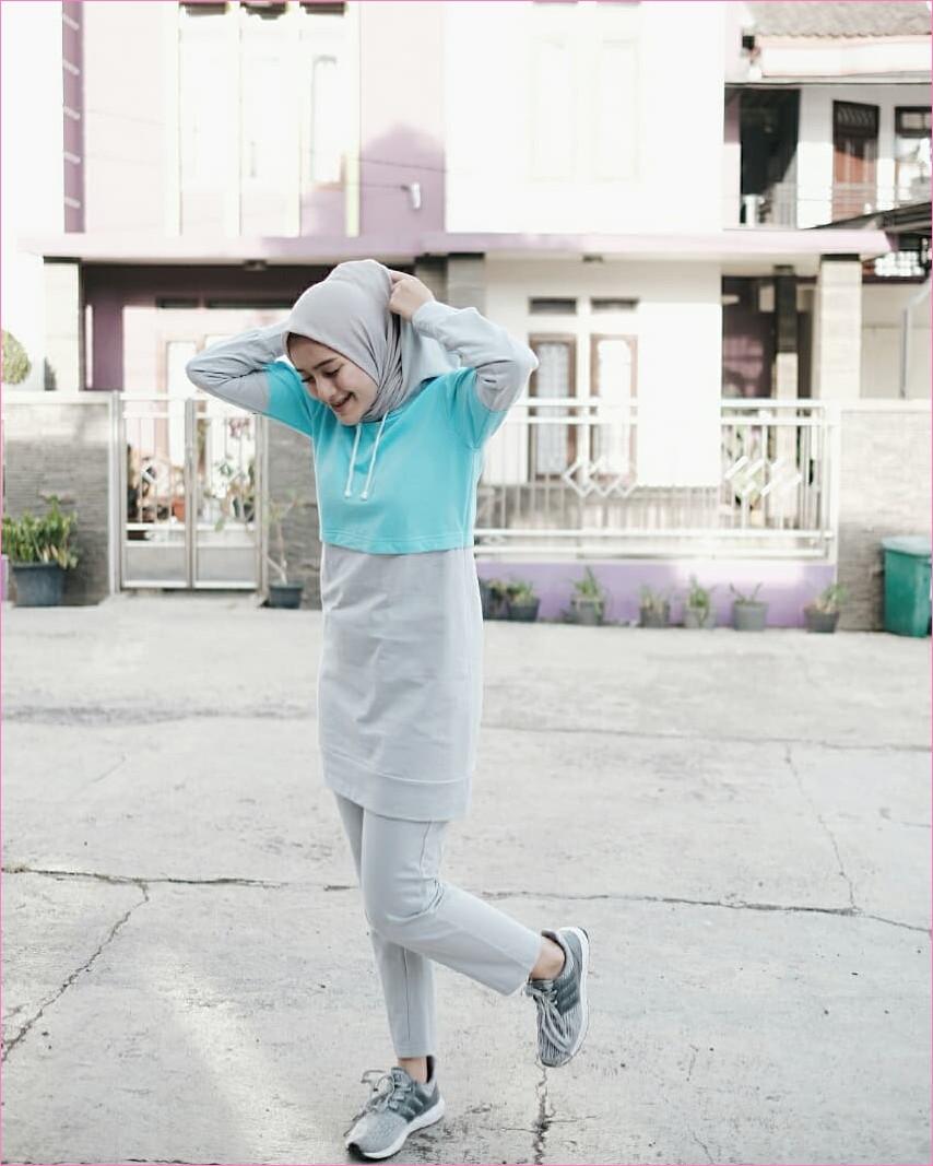 Outfit Baju Hijab Casual Untuk Olahraga Ala Selebgram 2018 celana training sweater baju olahraga biru muda sneakers kets sepatu olahraga abu abu hijab bergo pashmina polos gaya casual kain katun rayon ootd outfit jogging 2018 rumah ungu muda tingkat pot hoodie pager daun