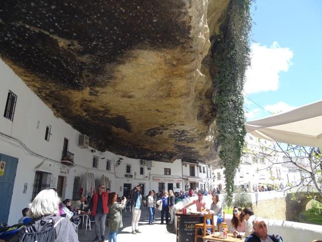 Setenil bodegas pueblo aplastado roca montaña cadiz andalucia