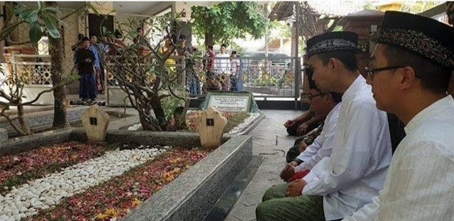 UAS Sowan Kiai Maimoen Zubair dan Ziarahi Makam Pendiri NU, Netizen: Tinggal ke PBNU