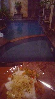 Makan malam di pinggir kolam villa