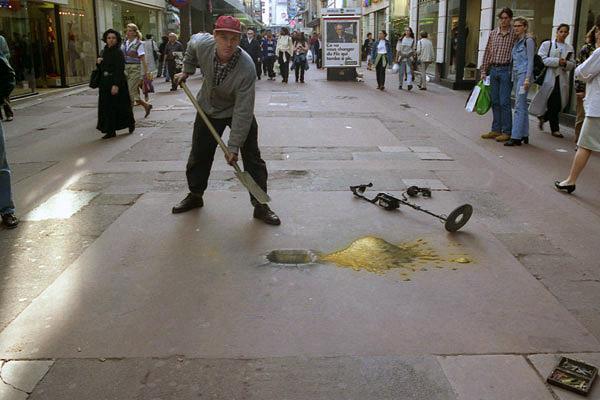 Metal detektörünü bırakıp kaldırımı kazmaya başlayan adam