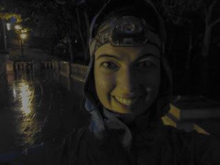 Coureuse souriante le soir lampe frontale