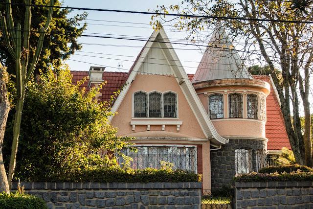 Outra bela casa com uma torre e cúpula