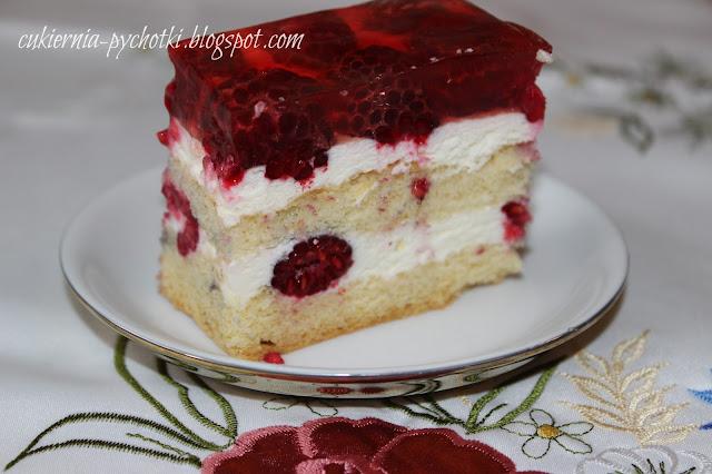 Ciasto biszkoptowe z bitą śmietaną i malinami