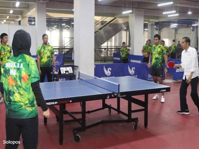 Lihat Langsung Pelatnas Atlet Difabel, Jokowi Ikut Main Tenis Meja