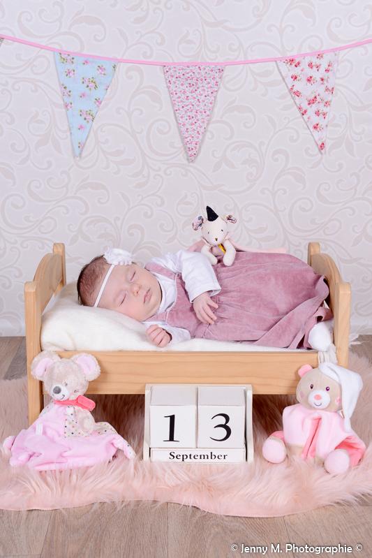 photo bébé avec date de naissance bébé dans petit lit en pin avec doudou
