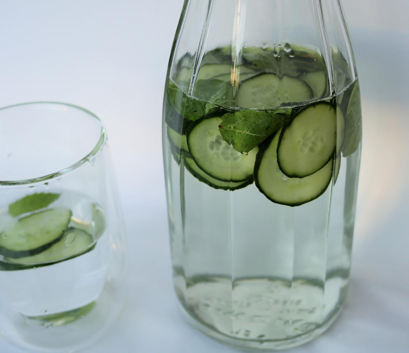 woda z owocami w butelce