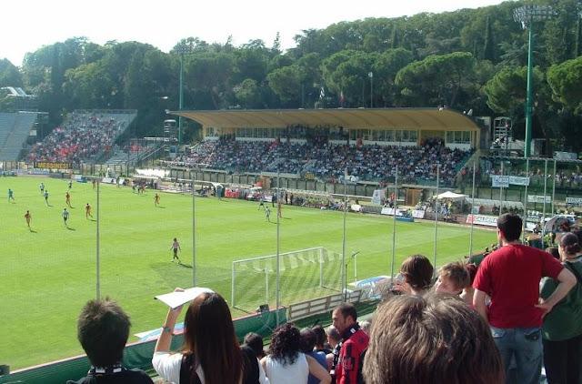 Torcida assistindo a jogo no Estádio Artemio Franchi em Siena
