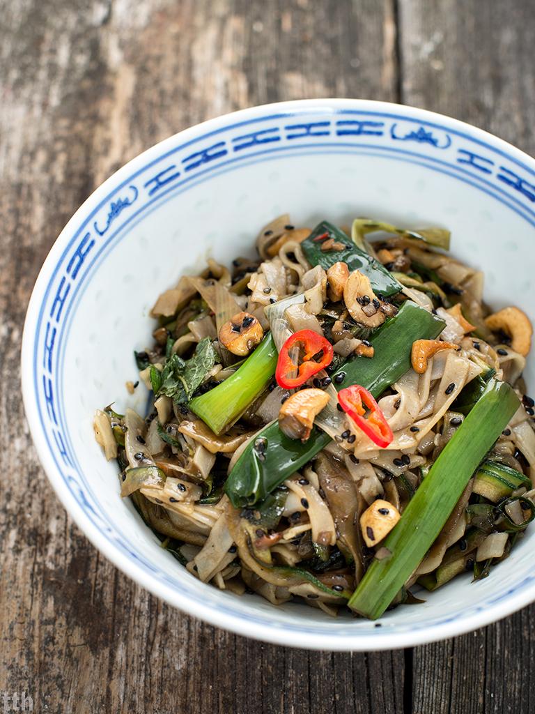 Makaron ryżowy smażony z cukinia i sezamem wegański, bezglutenowy blog roślinny