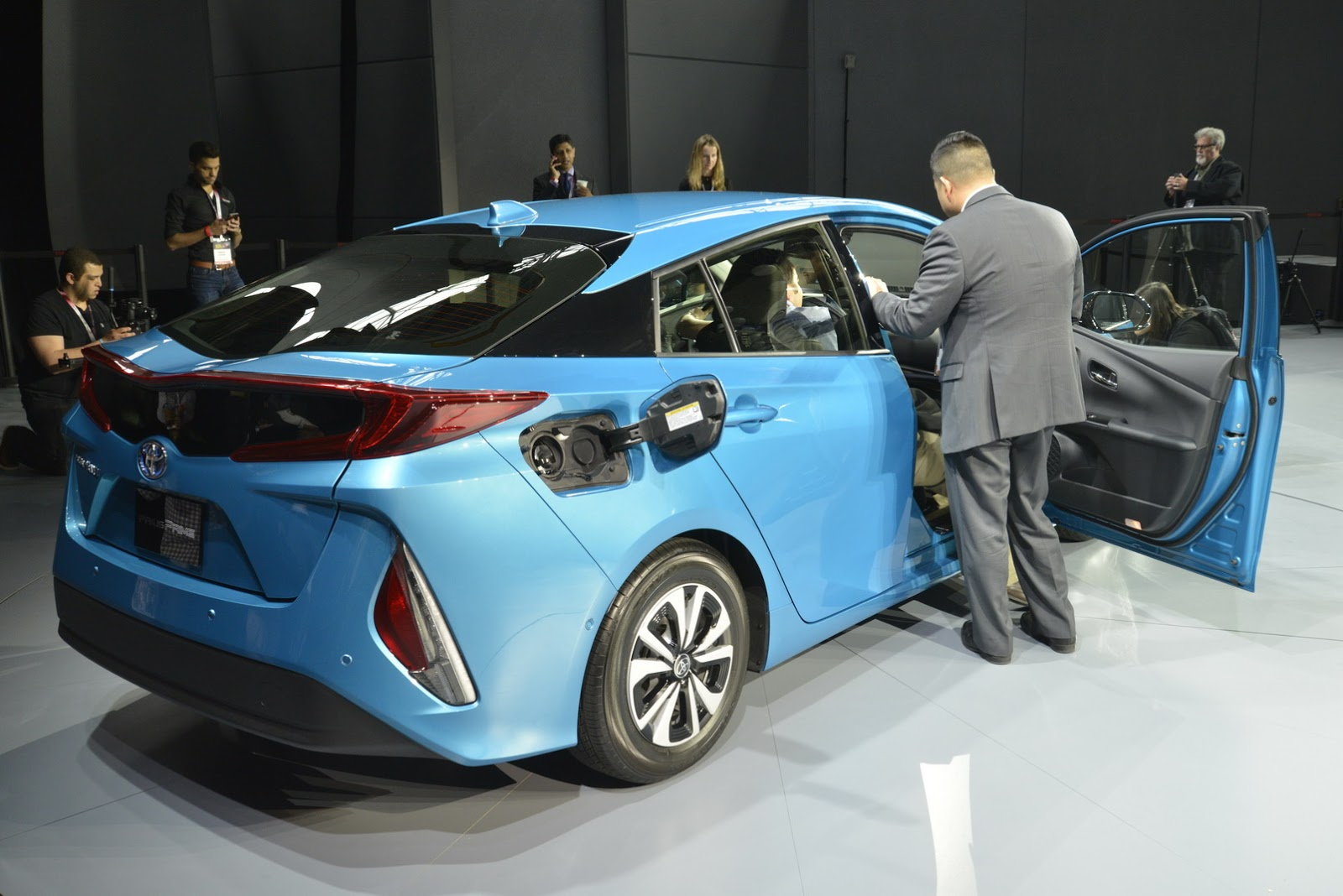 Toyota Primes Its New 120mpge Plug In Hybrid Prius Carscoops