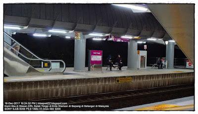 gambar dua orang gadis sedang menunggu keretapi laju di stesen ERL Salak Tinggi