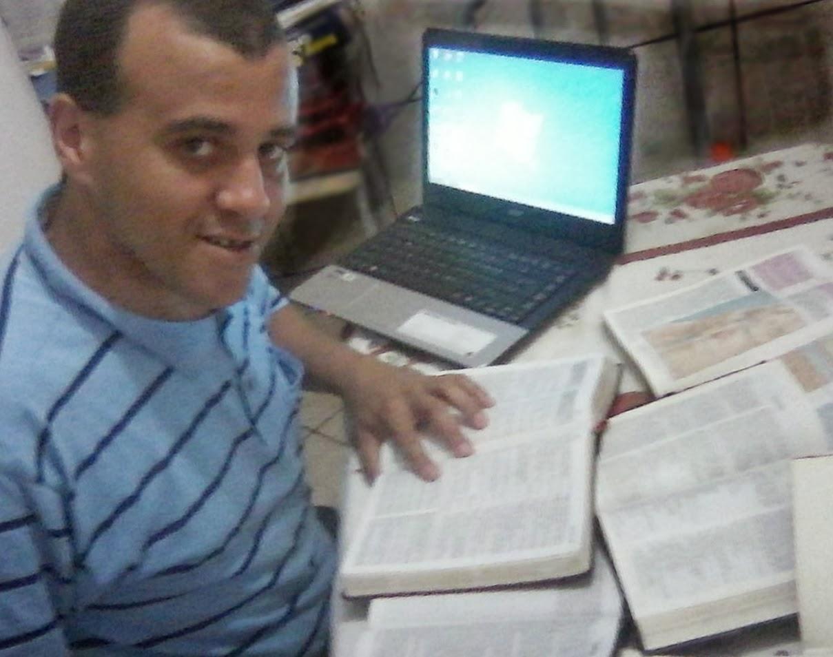 Em casa: Bíblia de Estudo em Cores, Shedd, Plenitude, Thompsom, NVI, além do livro Jesus Biografia Completa
