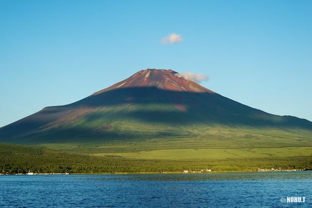 早朝の富士山と山中湖