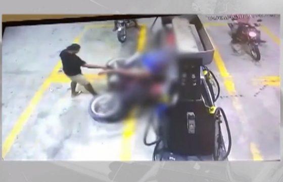 VÍDEO: Assassino ignora câmeras de vigilância e executa homens em posto de combustível