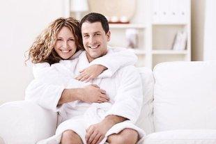2c93a1ab24b51 ويعدها يقوم الزوج ويقابل زوجته وهما واقفان ويتم الاحتضان مع التقبيل على  الشفتين وباقي الجسد