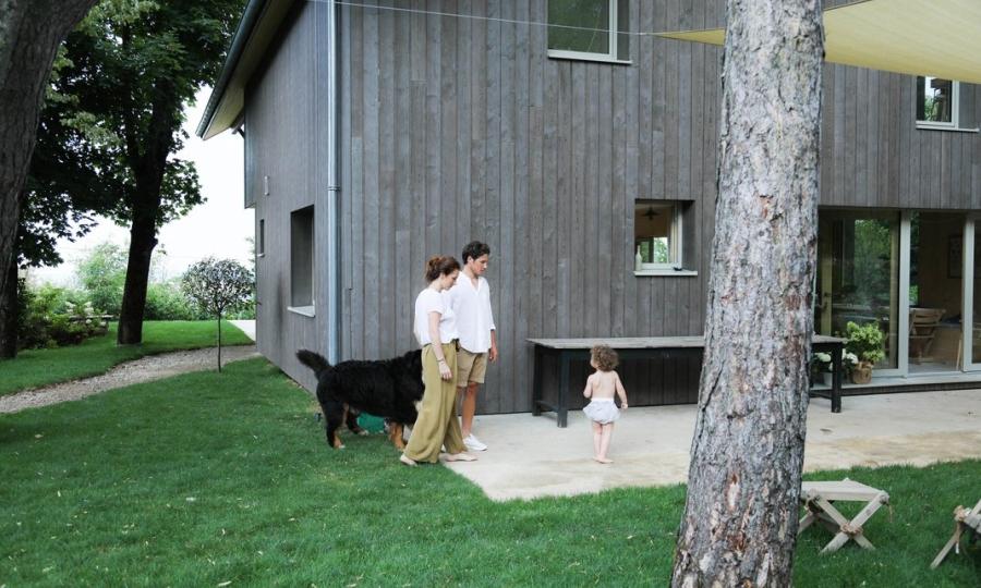 Minimalistyczny dom blisko natury, wystrój wnętrz, wnętrza, urządzanie mieszkania, dom, home decor, dekoracje, aranżacje, minimalizm, styl eko, styl skandynawski, drewno, prostota, biel, otwarta przestrzeń