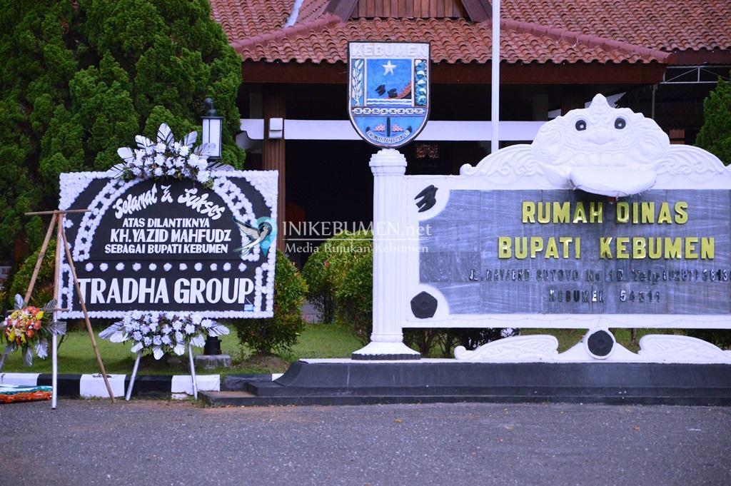 Gus Yazid Resmi Jabat Bupati Kebumen, Tradha Group Kirimi Karangan Bunga Berlatar Hitam