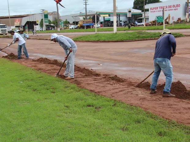 É pouco mas é um começo! Presidiários em Cacoal trabalham limpando ruas e jardins