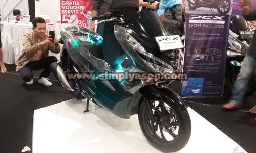 Iniilah tampian All New Honda PCX Hybrid produk anyar ASTRA HONDA yang dilepas dii harga 40 juta rupiah yang sudah mulai banyak dipesan di Pontianak. Hayoo buruan dapatkan motor amazing ini.  Foto Asep Haryono