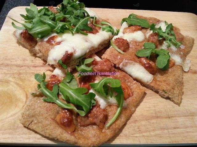 Pizza scamorza affumicata, salsiccia e rucola