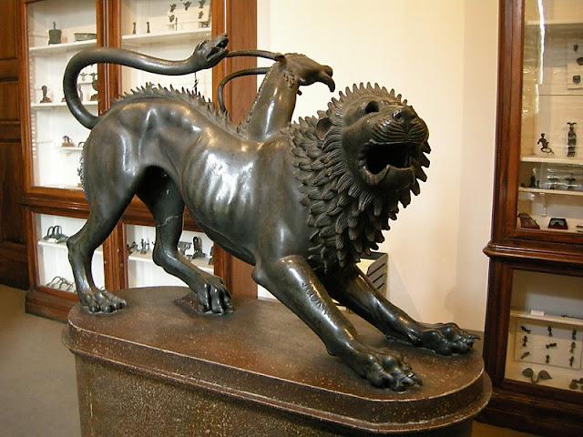 Estátuas no Museu Arqueológico em Florença