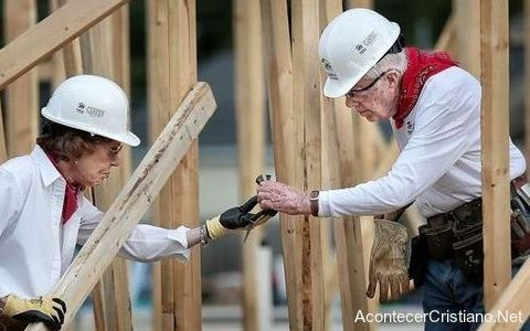Jimmy Carter ayudando a construir casas para pobres