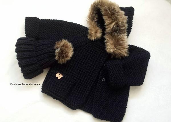 Con hilos, lanas y botones: conjunto de abrigo de punto con capucha y tira de pelo y gorro con pompón