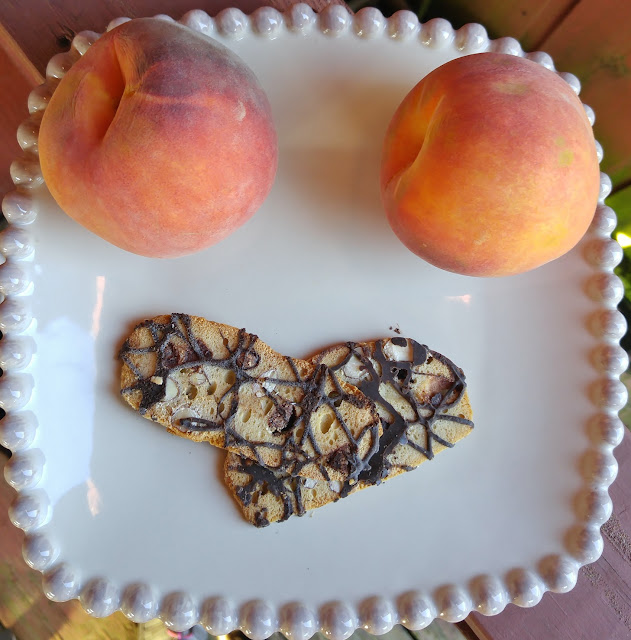 Peaches and dark chocolate almond cookie thins