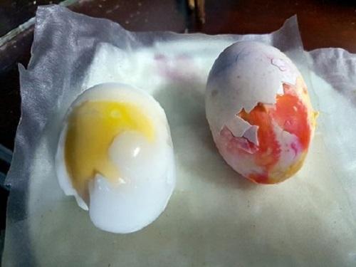 Gia Lai: Phát hiện trứng vịt kỳ lạ, lòng trắng đỏ như máu