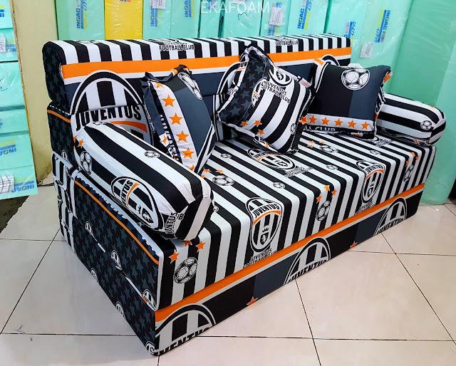 Contoh Sofa bed inoac motif bola Juventus atau juve FC