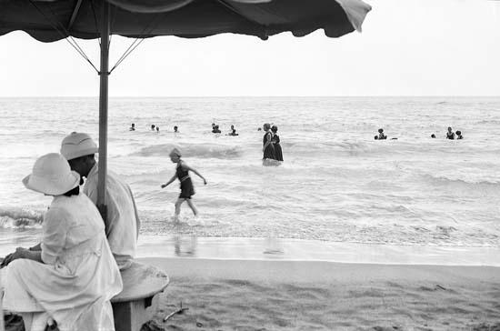 Bañistas en una de las playas que se puso de moda entre la burguesía catalana de inicios del siglo XX. Sitges, ca. 1915-roisin. Instituto de estudios fotográficos de Cataluña.
