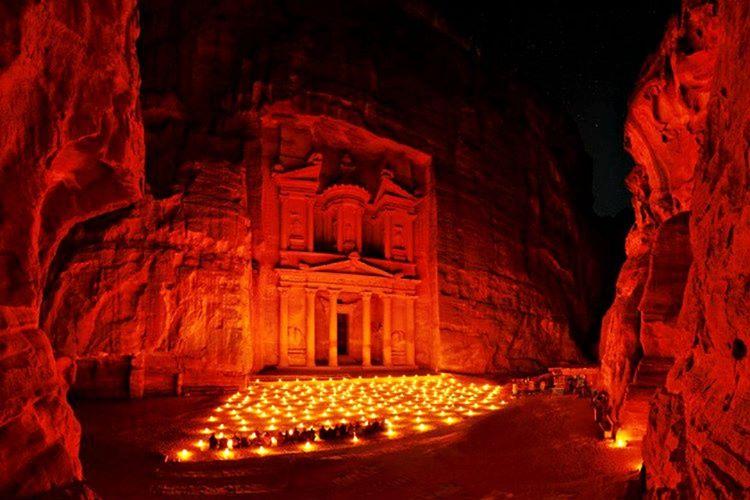 800 yılına kadar yapılan bütün camilerin kıbleleri Petra'ya bakıyordu.