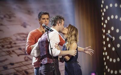 Sandy e Lucas Lima trocam beijos no 'Tamanho Família' — Foto: Gshow