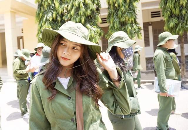Bức ảnh nữ sinh xinh đẹp đi học quân sự khiến bao chàng say đắm - Ảnh 2