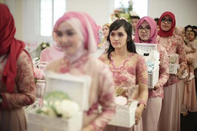 proses hantaran pengantin membawa barang seserahan