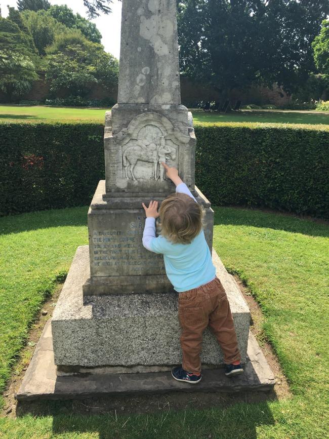toddler-pointing-to-engraving-of-horse-on-sir-briggs-memorial