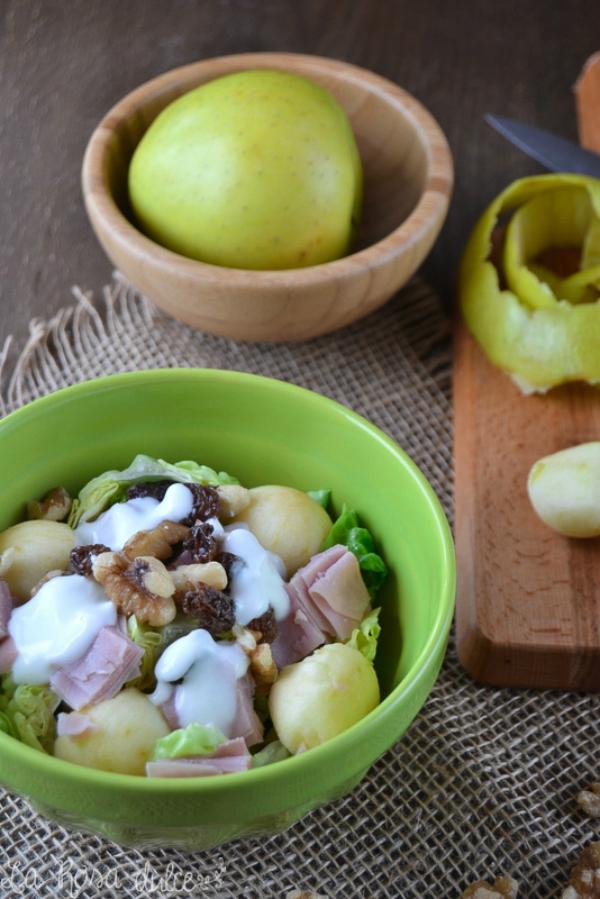 Ensalada de pavo y manzana con salsa de yogur sin lactosa