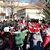 Οι μαθητές στολίζουν το Χριστουγεννιάτικο Δέντρο στην κεντρική πλατεία του Νέου Μοναστηρίου