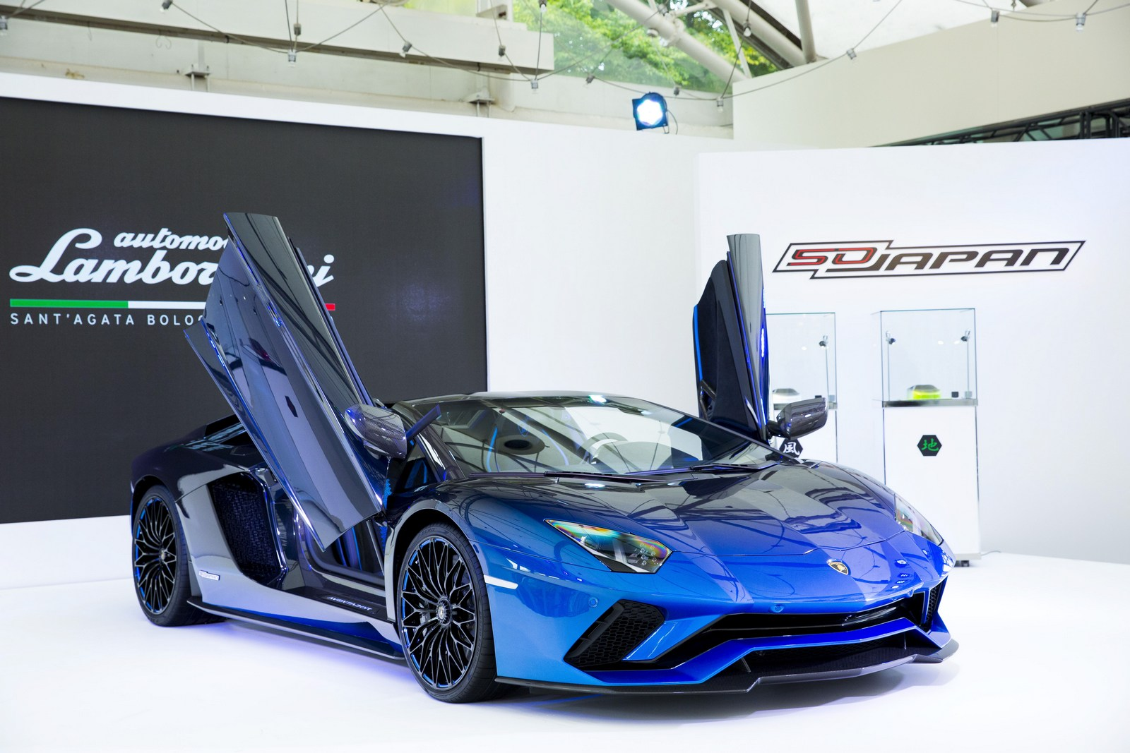 lamborghini makes five special edition aventador s roadsters for japan. Black Bedroom Furniture Sets. Home Design Ideas
