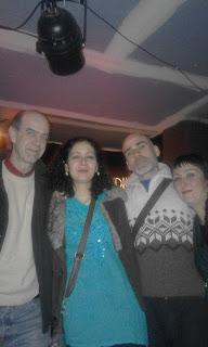 Sara Veneros acompañada por su pareja y el acuarelista Carlos Puente.