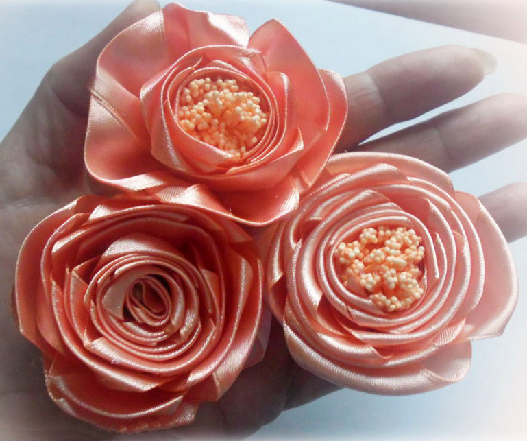 How to make simple roses of a satin ribbon. DIY Tutorial