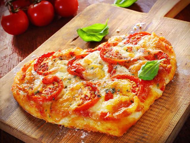 """Для начинки на 1 порцию: Томатная паста - 1-2 столовые ложки; Колбаса """"пеперрони"""" или """" салями"""" - 8 кусочков; Сыр  тертый - 2 столовые ложки;"""